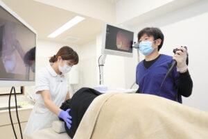 医師が実際に胃カメラを行っている画像