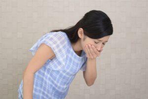 吐き気を催す女性の画像